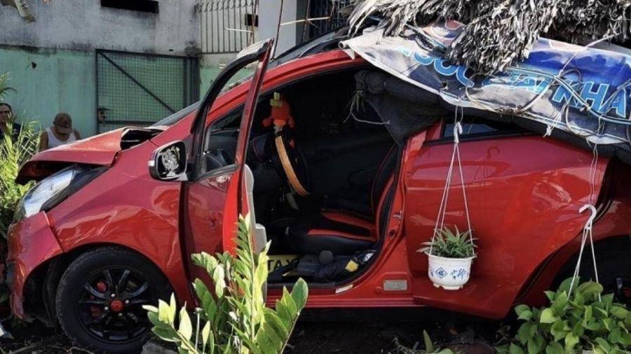 Bà Rịa - Vũng Tàu: Ô tô 4 chỗ tông sập quán cà phê, nhiều người bị thương