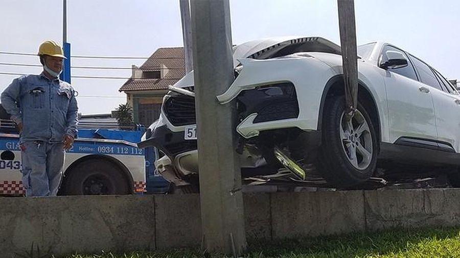 Tai nạn giao thông chiều 5/12: Nữ tài xế lao thẳng ô tô vào cột điện ở đại lộ