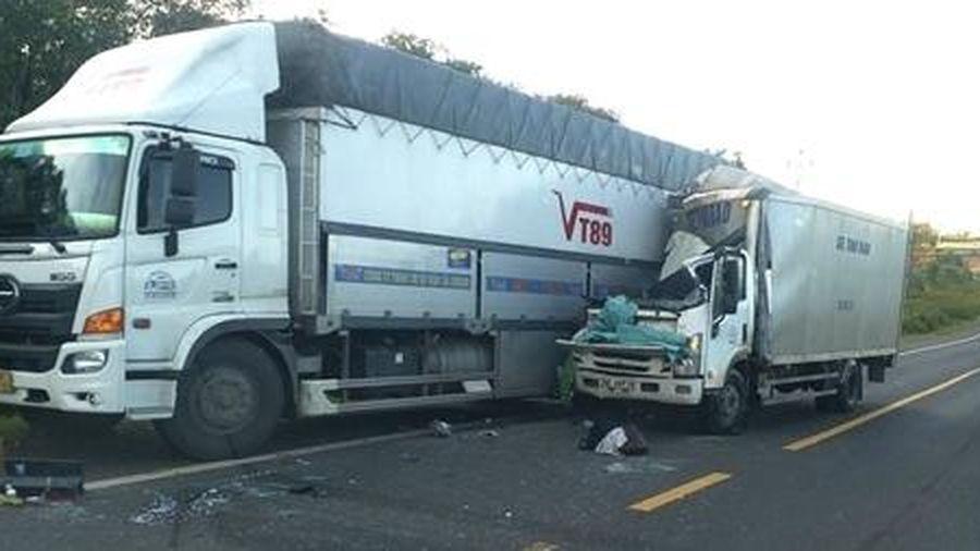 Xe thư báo tông xe tải, 1 người tử vong, 1 người trọng thương