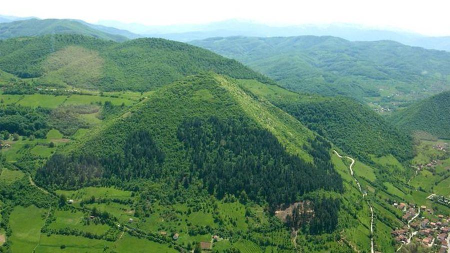 Bí ẩn những ngọn đồi giống kim tự tháp bị đồn chữa bách bệnh