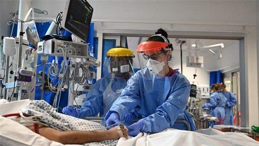 Hệ thống y tế quá tải, 4,5 triệu người ở vùng England chờ được nhập viện