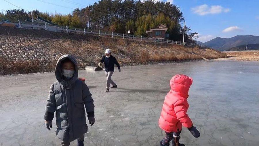 Gia đình cô dâu Việt mang thau muối kim chi ra suối chơi... trượt băng