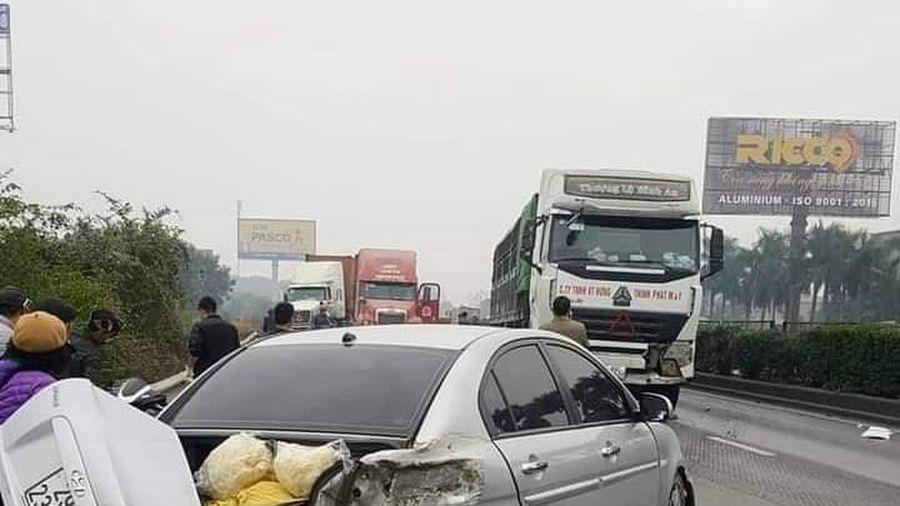 Một vụ tai nạn khiến chiếc xe ô tô 5 chỗ bị hư hỏng nặng do chuyển làn ẩu