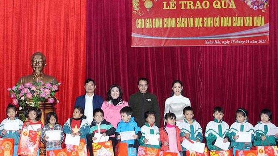 Thứ trưởng Bộ LĐ,TB&XH trao các phần quà cho người dân Nghi Xuân