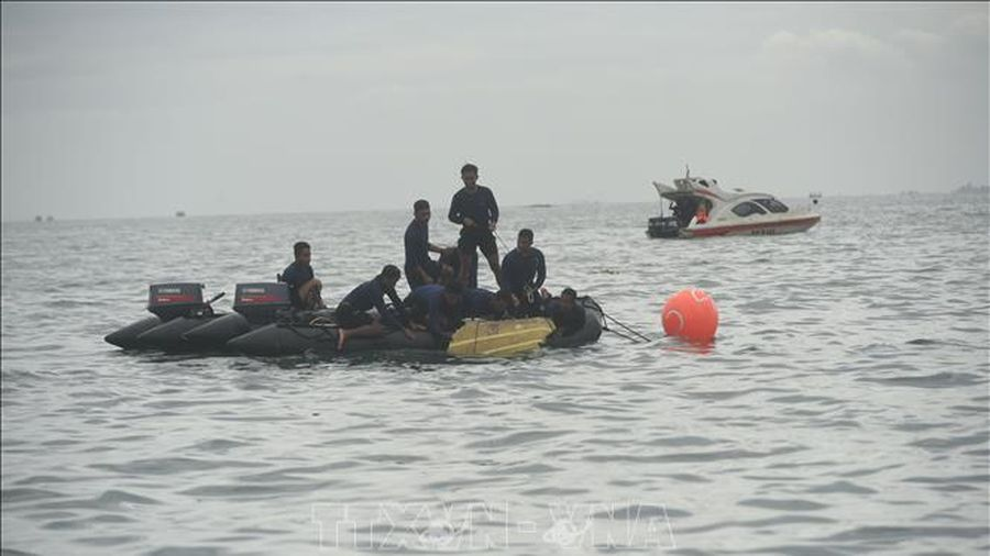 Kéo dài chiến dịch tìm kiếm nạn nhân vụ máy bay rơi tại Indonesia