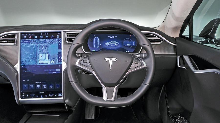 Xe tự lái Tesla phát hiện thấy ma trong nghĩa trang?