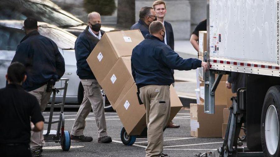 Nhân viên bận rộn chuyển đồ rời Nhà Trắng