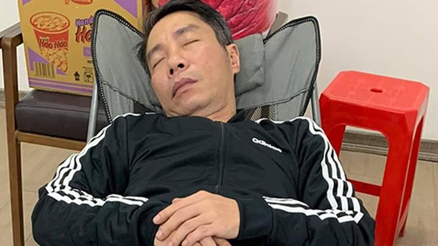 Công Lý mệt mỏi, ngủ thiếp sau 15 tiếng tập Táo quân 2021