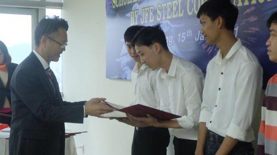 Sinh viên Đại học Đà Nẵng nhận học bổng từ Tập đoàn thép Nhật Bản
