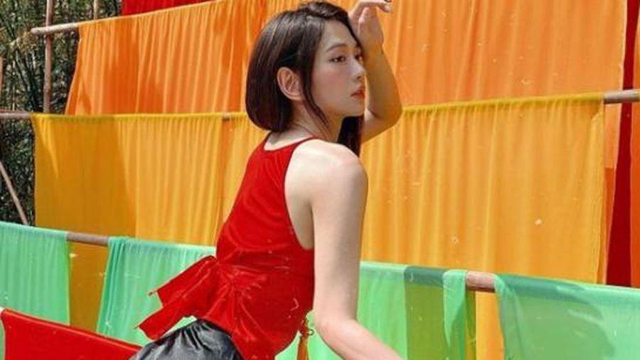 'Nữ thần phòng gym' Lê Bống diện yếm đỏ quyến rũ, vòng ba căng tròn nhanh chóng chiếm trọn 'spotlight'