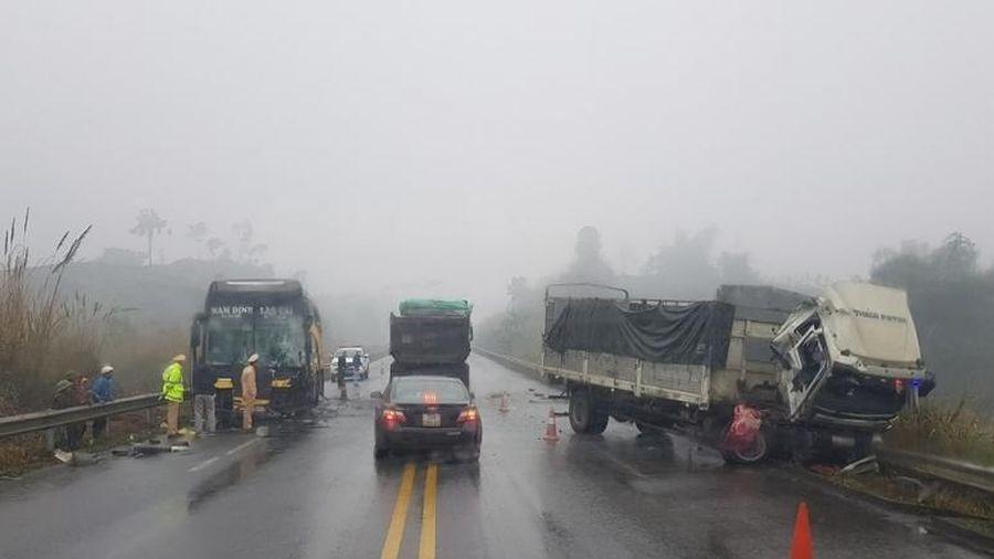 Xe tải tự ý quay đầu khiến xe khách đâm vào trên cao tốc Nội Bài – Lào Cai