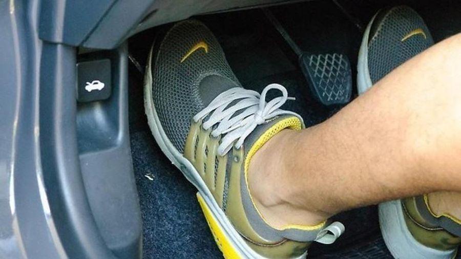 Đi xe số sàn, nên đạp côn hay phanh trước để giảm tốc độ?