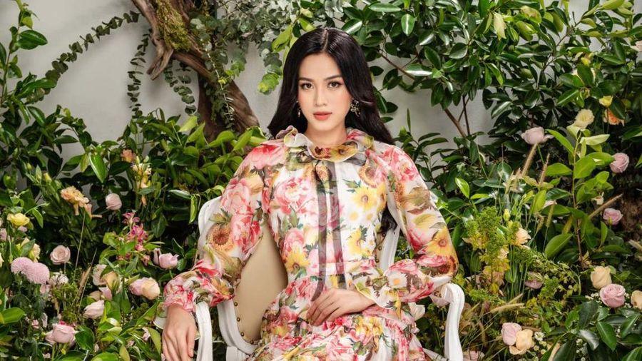 Hoa hậu Đỗ Thị Hà xinh như thiên thần hoa với váy áo du Xuân