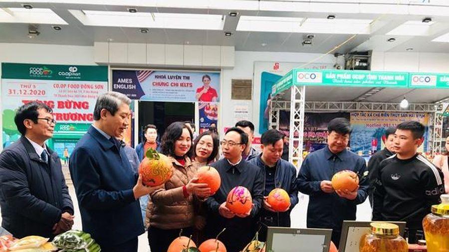 Phó Chủ tịch UBND tỉnh Lê Đức Giang thăm điểm trưng bày, giới thiệu và bán sản phẩm OCOP tỉnh Thanh Hóa