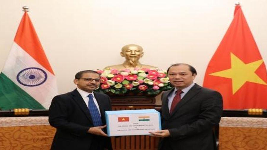 Ấn Độ trao tặng 3.000 bộ đồ dùng cá nhân cho người dân bị ảnh hưởng do lũ lụt ở miền Trung Việt Nam
