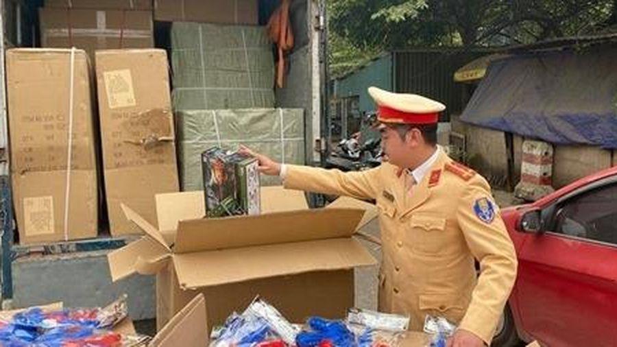 CSGT bắt xe tải đầy đồ chơi Trung Quốc
