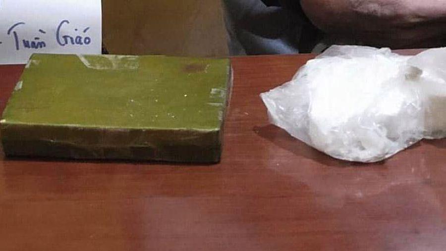 Khởi tố đối tượng giấu 2 bánh heroin trong áo khoác