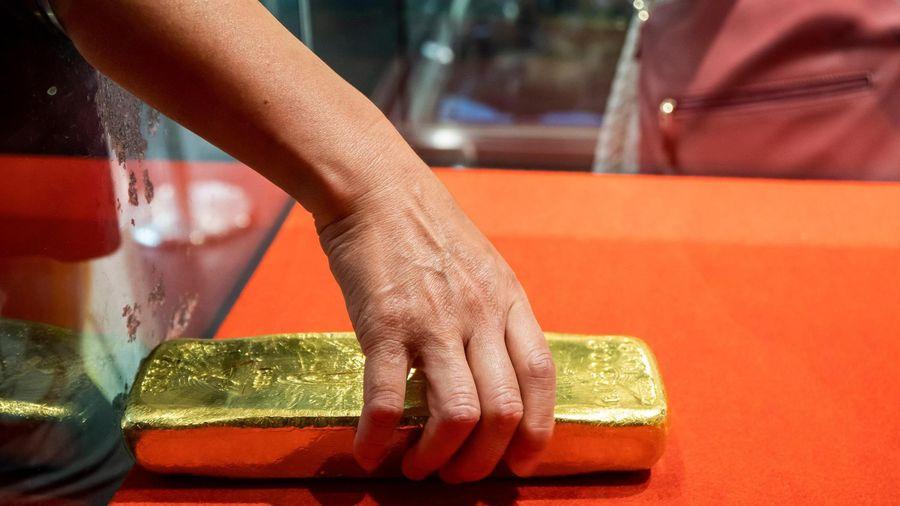 Giá vàng hôm nay ngày 16/1: Giá vàng trong nước mất gần 300.000 đồng/lượng