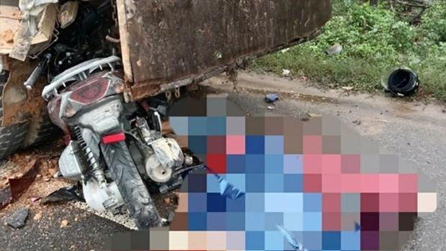 Xe máy đâm vào ôtô, 2 người tử vong tại chỗ