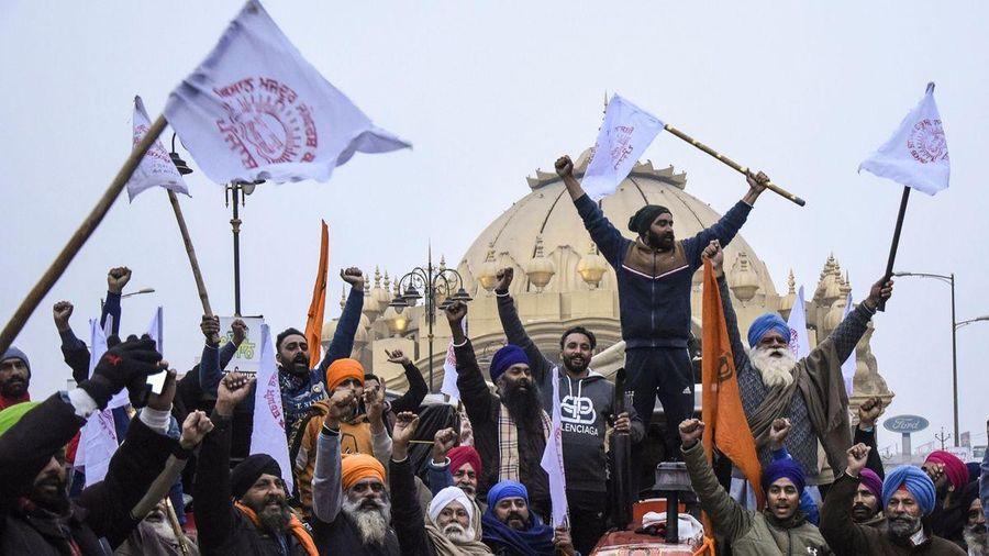 Hai tỷ phú giàu bậc nhất Ấn Độ thành mục tiêu của người biểu tình