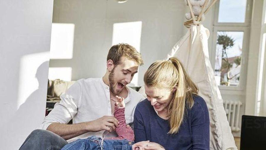 Vợ chồng trẻ trao nhau tâm thư xúc động