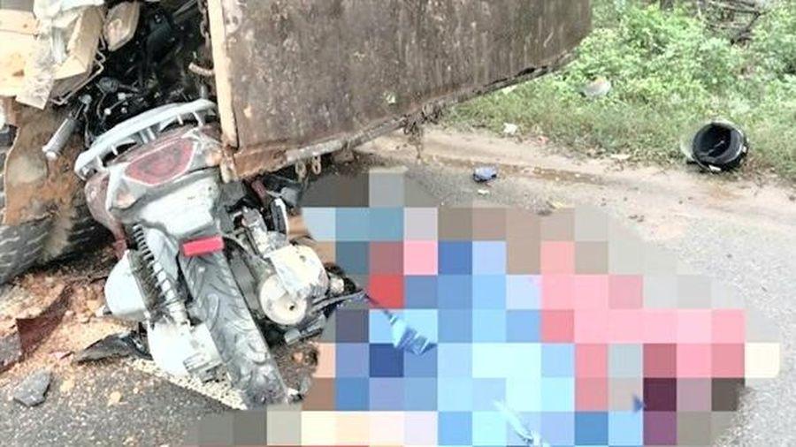Xe máy đâm vào ôtô đỗ bên đường, 2 người tử vong