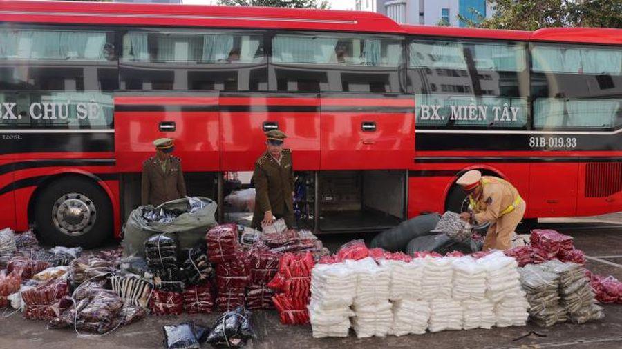 Đắk Lắk: Phát hiện xe khách vận chuyển 1.000 chiếc váy không rõ nguồn gốc