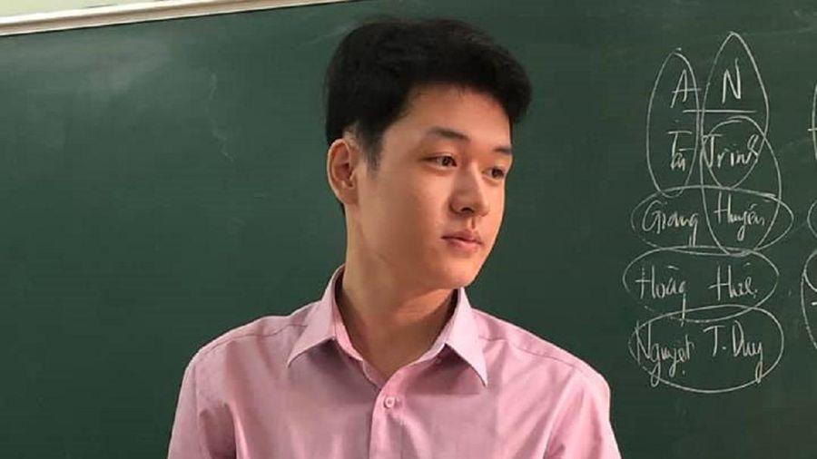 Nam giáo viên sở hữu gương mặt điển trai bất ngờ nổi tiếng với bức ảnh được học trò chụp lén