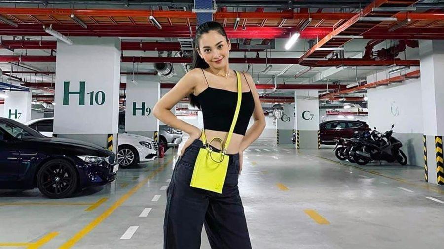 Hoa hậu Tiểu Vy khoe eo cực xịn nhưng bí kíp hút mắt nằm ở món đồ dưới chân