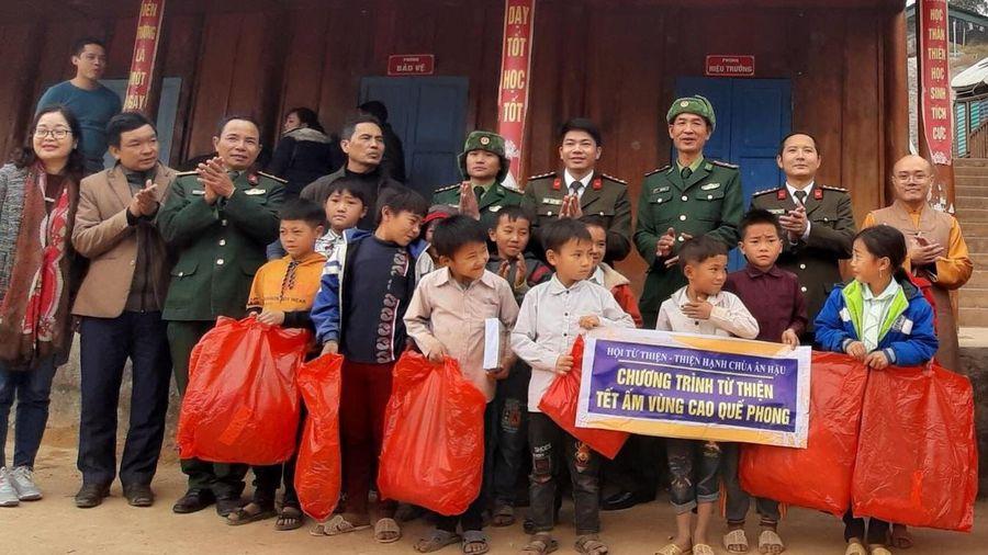 Chùa Ân Hậu trao 500 suất quà cho học sinh vùng biên giới