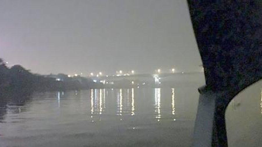 Bắt quả tang 3 tàu khai thác cát trái phép trên sông Hồng