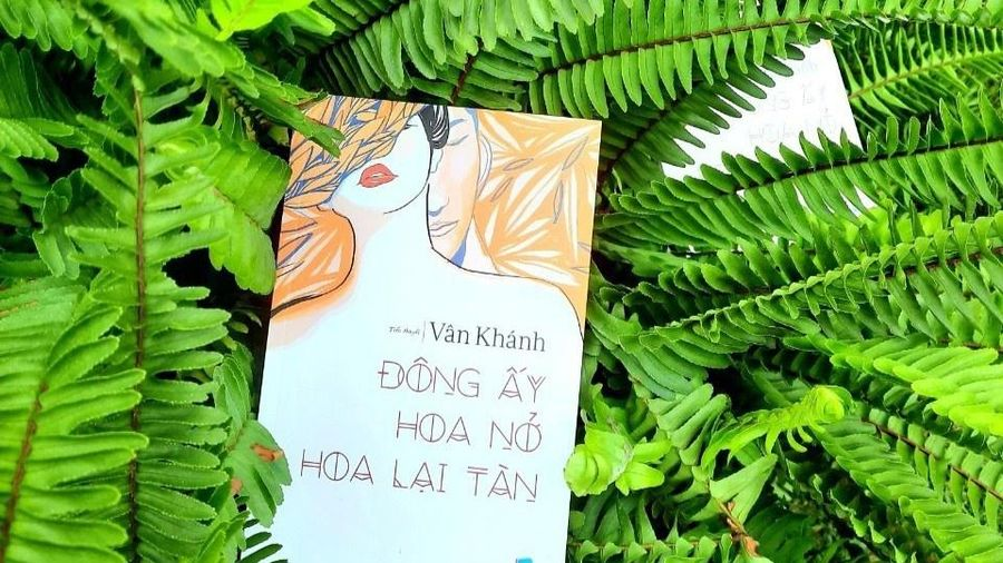 Nữ tác giả tự tay đề thơ tặng từng người mua sách