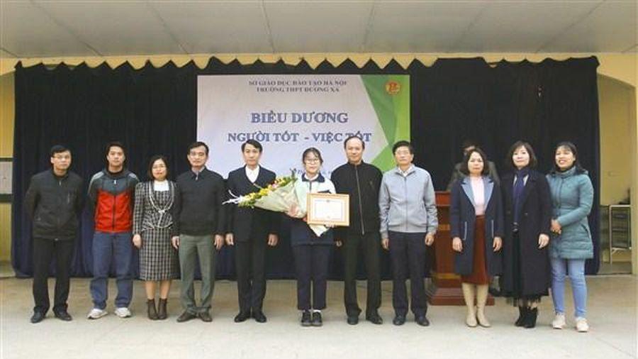 Huyện Gia Lâm khen thưởng đột xuất 1 học sinh trường THPT Dương Xá