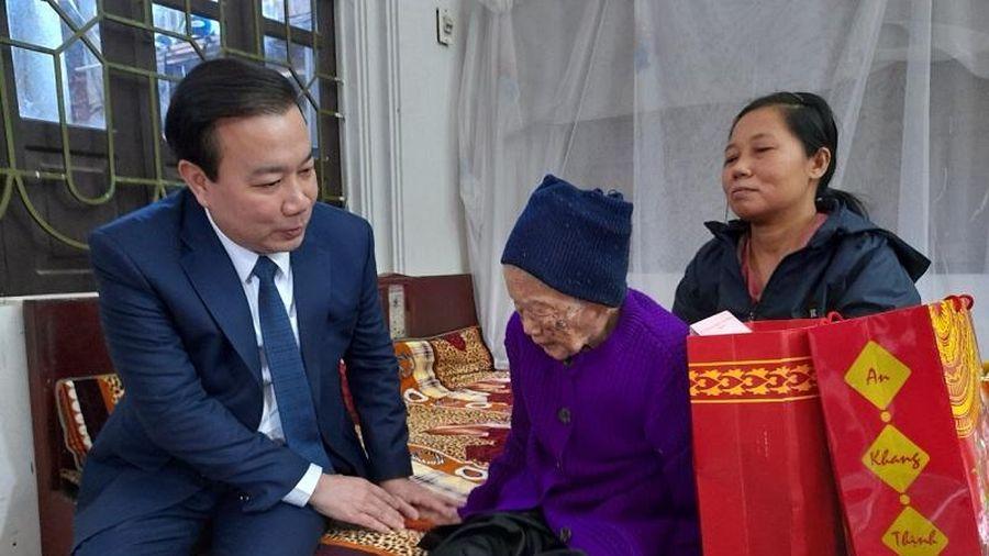 Phó Chủ tịch UBND TP Hà Nội Chử Xuân Dũng thăm, tặng quà gia đình chính sách tại huyện Thạch Thất