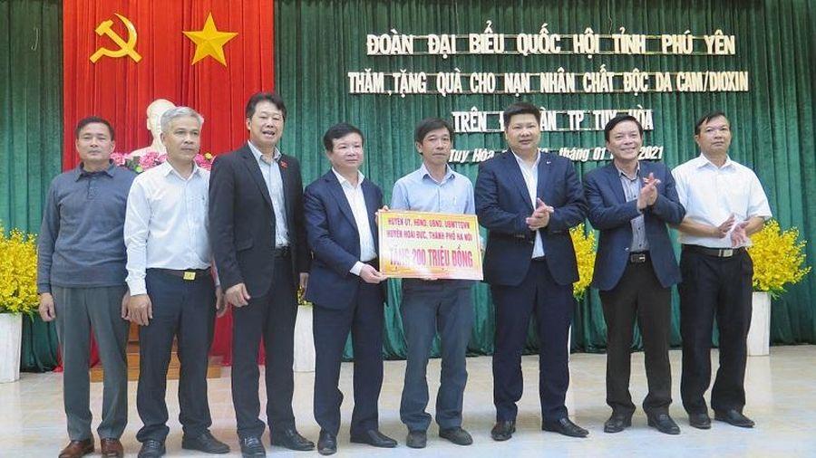 Tặng quà Tết cho hộ nghèo, hộ chính sách ở Phú Yên