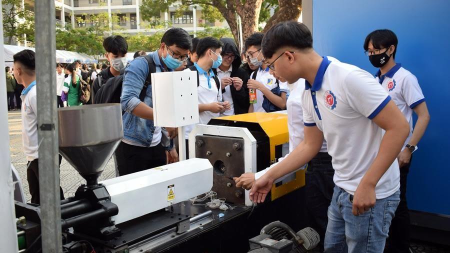 Triển lãm BKDN Techshow 2021: Bất ngờ với những sản phẩm công nghệ của sinh viên