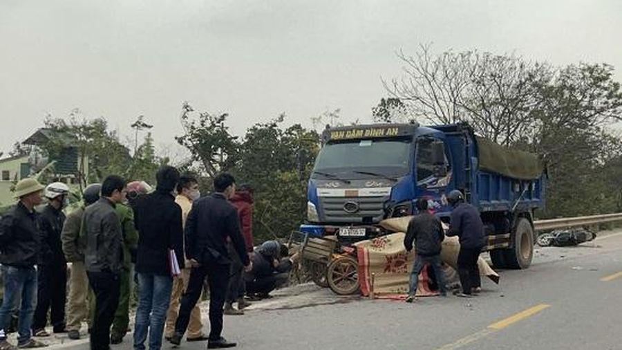 Quảng Bình: Xe máy bị cuốn vào gầm xe tải, hai bố con tử vong tại chỗ