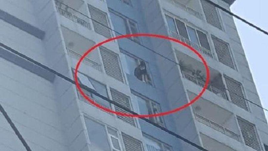 TP. HCM: Giải cứu cô gái định tự tử từ tầng 15 của tòa chung cư