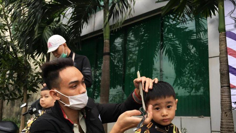 Ấm lòng 'cắt tóc miễn phí' cho người lao động nghèo