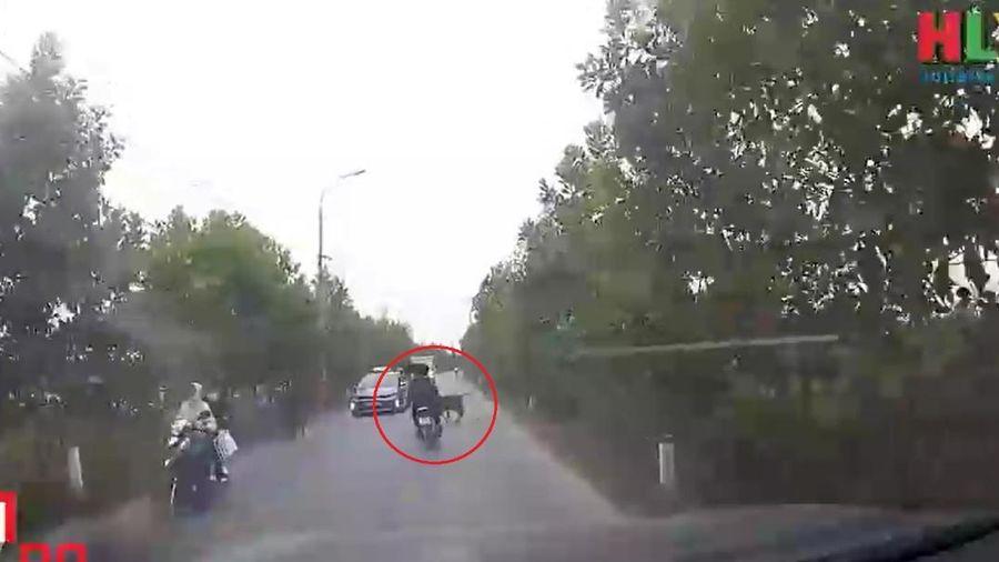 Clip: Phóng nhanh vượt ẩu, hai nam thanh niên bất ngờ ngã ngựa bởi 'vật cản' không ai nghĩ đến