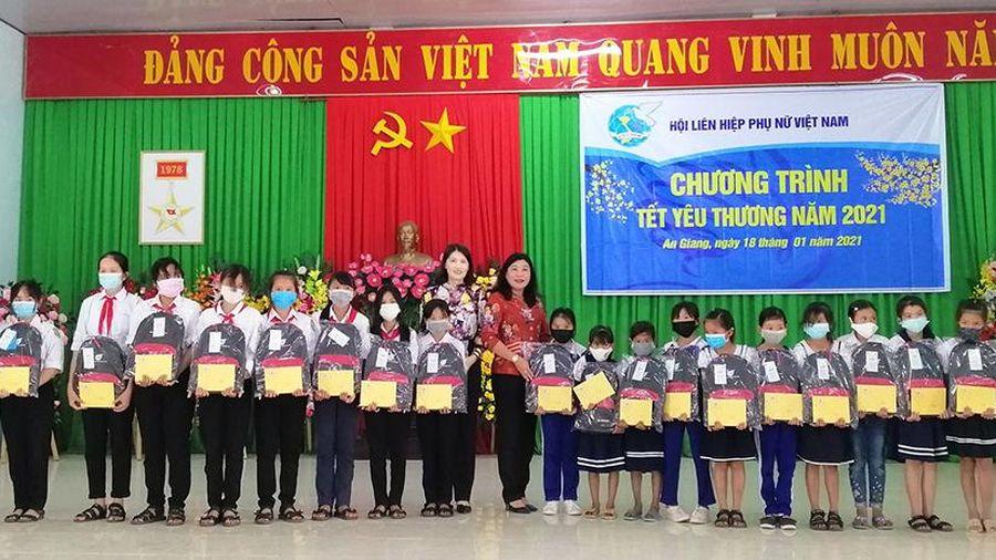 Tặng quà chương trình 'Tết yêu thương' năm 2021 tại xã Thới Sơn