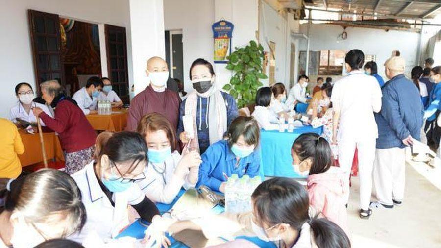 Đà Nẵng: Khám bệnh cho bà con nghèo