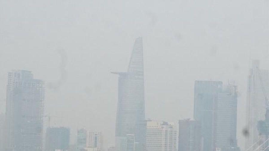 Thời tiết se lạnh, TP Hồ Chí Minh chìm trong sương mù