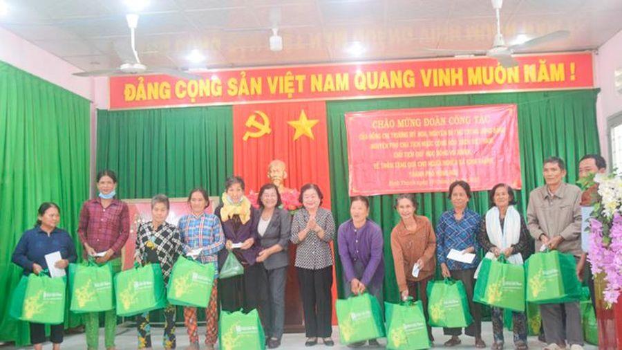 Tặng quà Tết cho hộ nghèo và hỗ trợ học sinh khó khăn