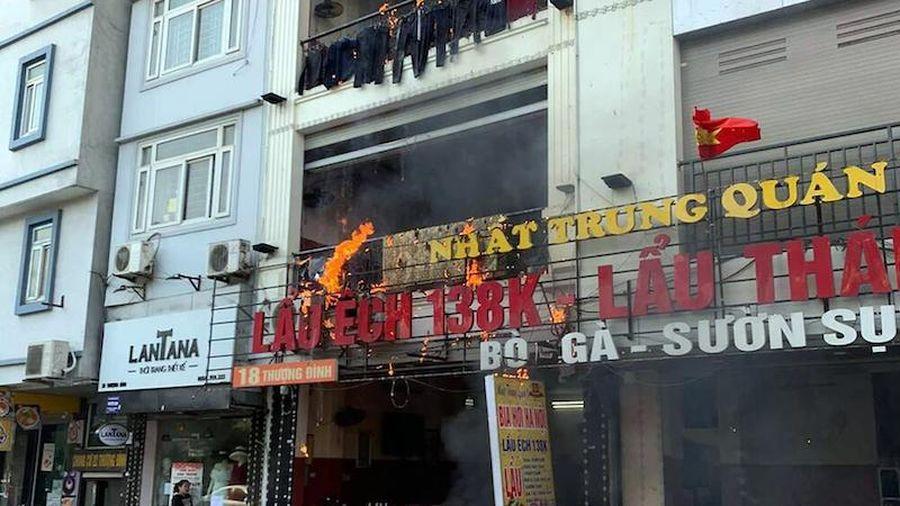 Kịp thời dập tắt đám cháy trên phố Thượng Đình