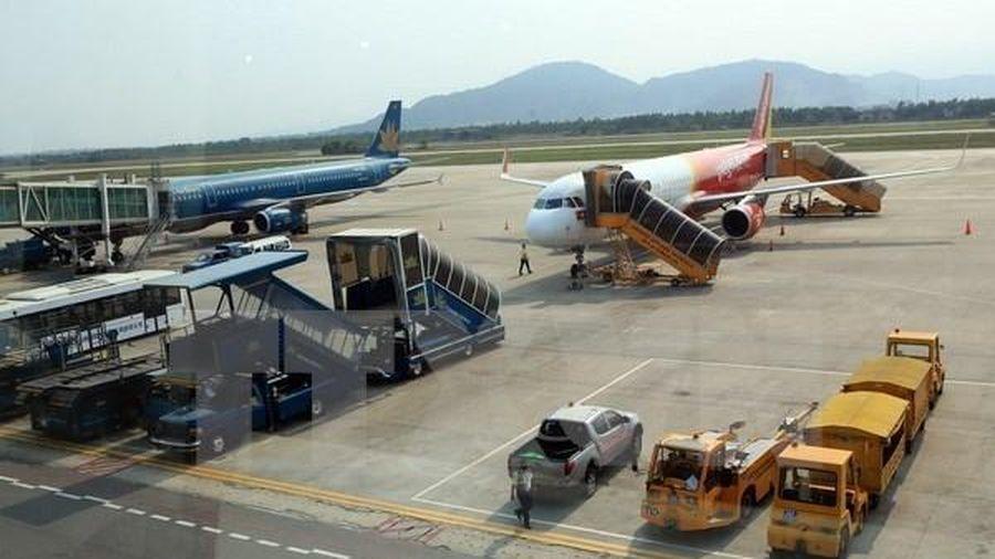 Xe đầu kéo va chạm ô tô trong sân bay Nội Bài