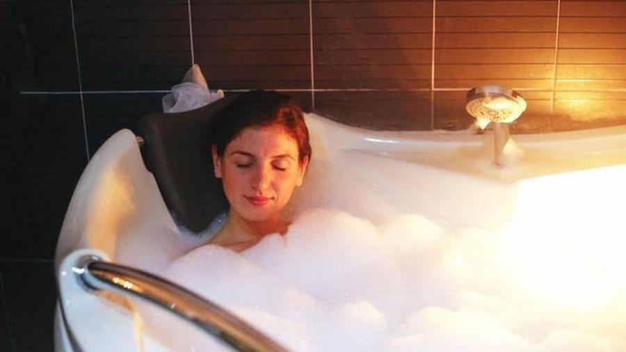 Tắm khuya gây ra tác hại gì, tắm thế nào cho an toàn sức khỏe?