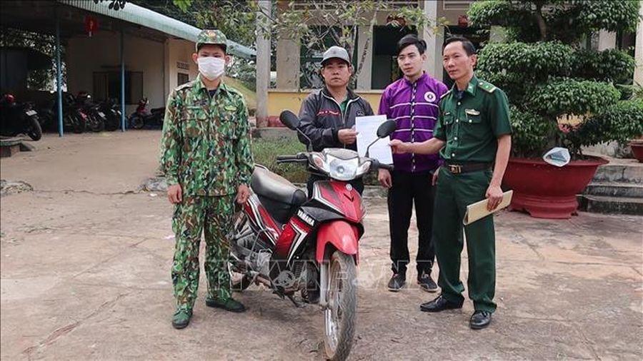 Đồn Biên phòng trao trả xe máy bị mất cắp cho chủ sở hữu