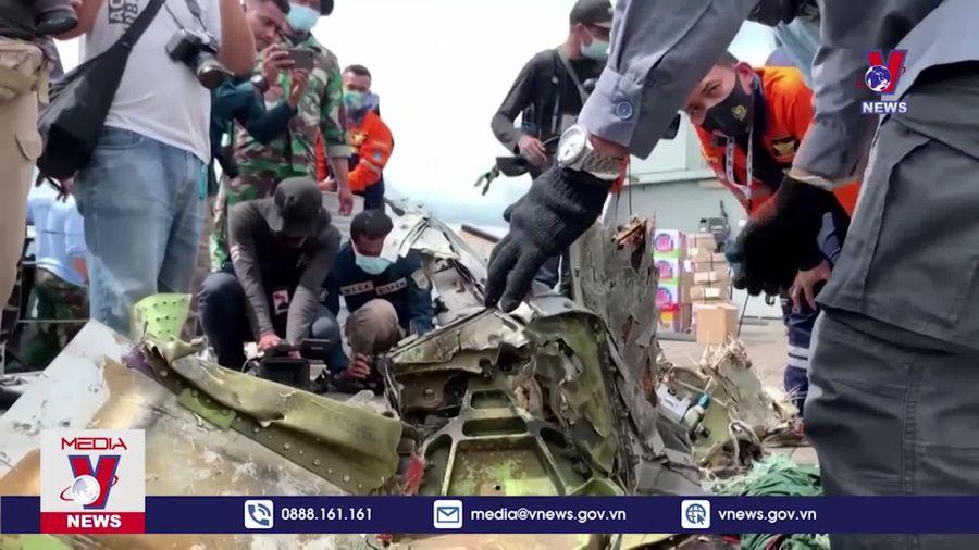 Indonesia kéo dài hoạt động tìm kiếm cứu nạn máy bay rơi