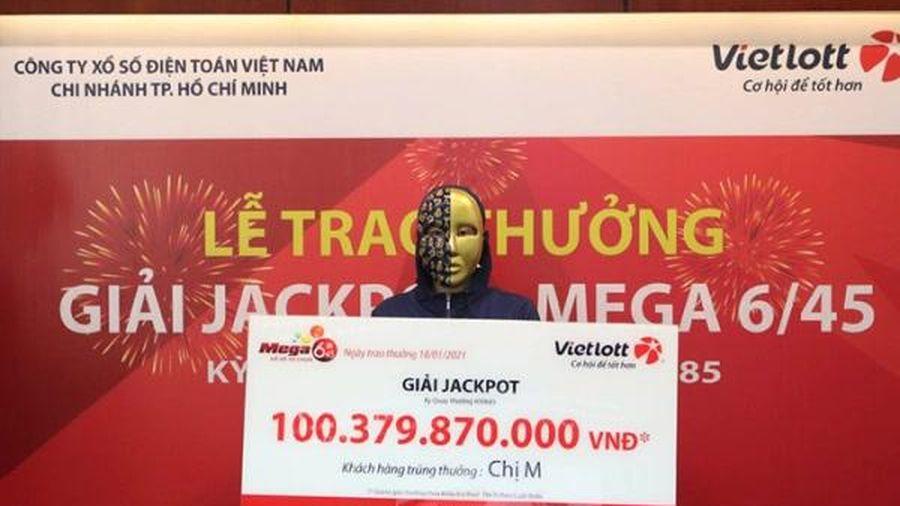 Vietlott trao thưởng cho nữ chủ nhân tấm vé trúng Jackpot hơn 100 tỷ đồng tại TP. HCM